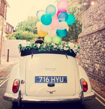 coche novios globos