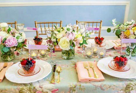 centro de mesa con flores y velas detalle