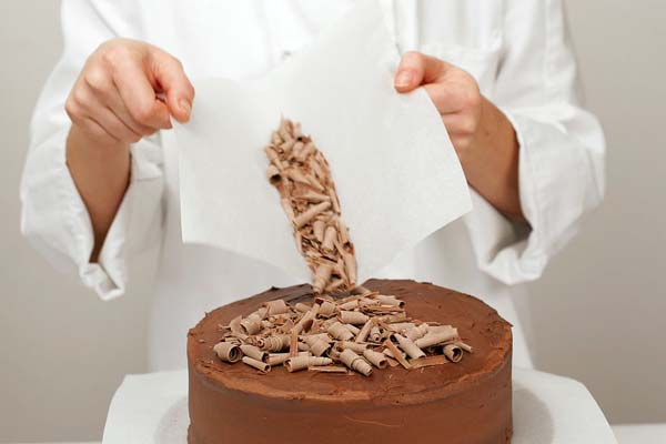 decorar-tarta-con-virutas-de-chocolate