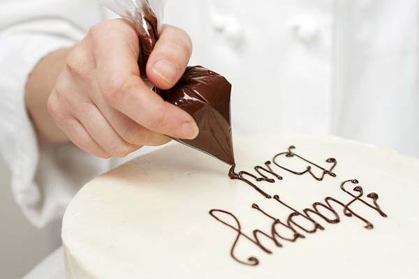 escribir-mensaje-sobre-una-tarta